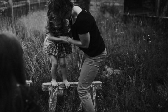 Artistic family session in the countryside Documentary family photographer Coralie Monnet Photographer 11