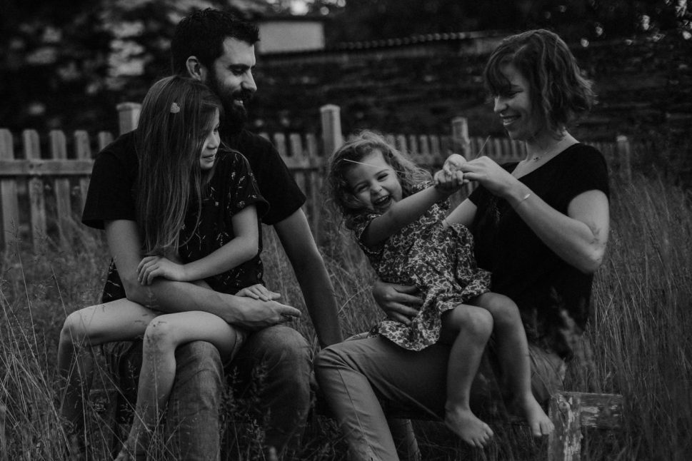 Artistic family session in the countryside Documentary family photographer Coralie Monnet Photographer 21