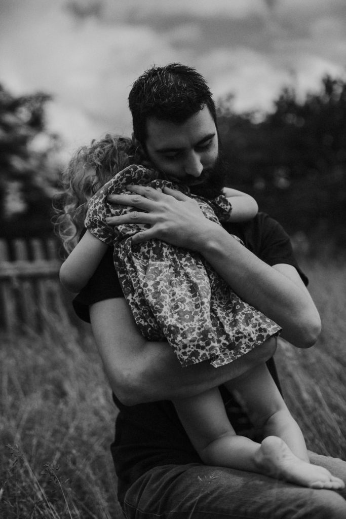 Artistic family session in the countryside Documentary family photographer Coralie Monnet Photographer 42